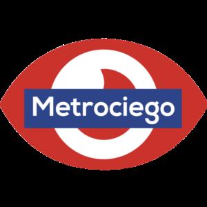 """Imagen del logo de la App, en la cual, el nombre se encuentra impreso en un rectángulo de fondo azul con las letras en blanco, superpuesto sobre el contorno dibujado de un ojo, en color rojo. El logo, en colores y forma, guarda mucha semejanza al del """"Metro de Madrid"""", si bien, en este, el membrete del nombre se superpone sobre un rombo rojo en posición horizontal."""