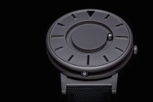 Imágen de un Reloj de titanio de la serie Eone Bradley de color negro con las marcas en otra tonalidad de negro más intensa.