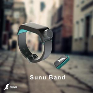 Imagen en la que se observa la pulsera-reloj Sunu Band y el localizador Sunu Tag, ambos de color negro con algunas partes azules
