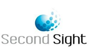 Imagen en la que se observa el logotipo de la compañía Second Sight Medical, compuesto por una esfera azul de la cual, por uno de sus laterales, emergen tres filas de pequeños puntos azules que circunvalan la esfera. Debajo de este dibujo, aparece el nombre de Second Sight.