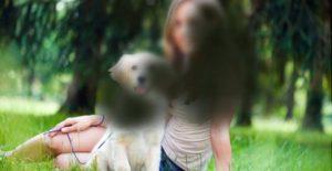 Imagen que simula el tipo de visión que tiene una persona que padece degeneración macular en una fase bastante avanzada. En la imagen aparece una chica sentada en el campo junto a un perro blanco, pero a través de un filtro que simula la visión que produce esta enfermedad, de forma que la imagen en general está algo borrosa, y en el centro aparecen unas manchas negras que limitan esta zona de la visión central.