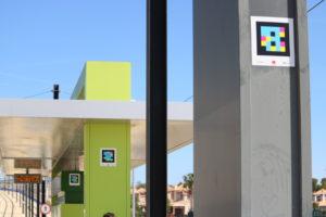 Imagen en la que aparece una de las paradas del Tranvía de Murcia con etiquetas del sistema NaviLens colocadas en distintas ubicaciones.