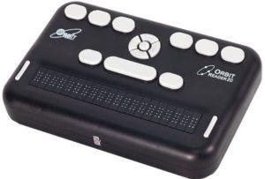 Imagen del anotador Braille Orbit reader 20. El dispositivo es muy portátil, de color blanco con las teclas y botones negros. En su superficie, en la parte superior, encontramos el teclado estilo Perkins con seis teclas. Debajo de éstas, hay una fila con otras 3 teclas, compuesta por el punto 7, la barra espaciadora más ancha y el punto 8. Las teclas de los puntos 7 y 8 son ovaladas y algo más pequeñas que las de los otros 6 puntos braille. Justo por encima de la tecla de la barra espaciadora, entre ésta y las seis teclas estilo Perkins, hay una cruceta de desplazamiento de forma circular con cuatro flechas de dirección y un botón de selección redondo en el centro. A ambos lados de esta cruceta se encuentran serigrafiados a la izquierda el logotipo de Orbit y a la derecha el nombre de Orbit Reader 20. Finalmente, debajo de la fila de tres teclas donde se encuentra la barra espaciadora, se encuentra la línea braille dinámica de 20 celdas, y a ambos extremos de ésta hay una barra vertical dividida, que son los botones de desplazamiento izquierdo y derecho empleados para avanzar y retroceder durante la lectura.