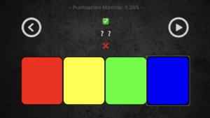 Imagen de la pantalla del juego MasterBrain en la que aparecen cuatro botones en horizontal de diferentes colores, el botón play en la parte superior derecha, botón salir en la parte superior izquierda y varios emoticonos en el centro.
