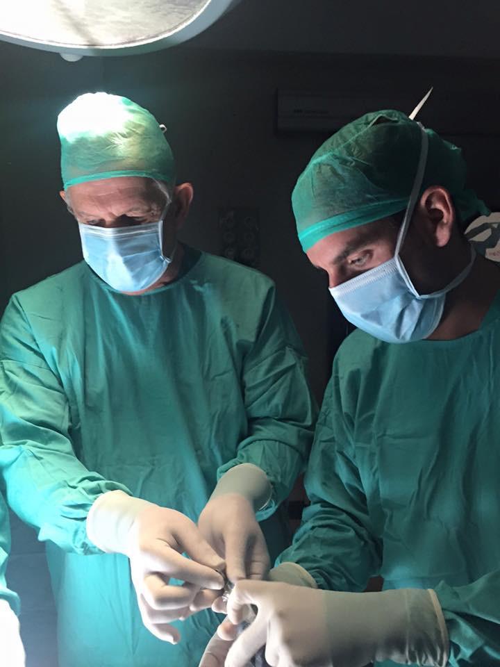 Los doctores Azumendi con su equipación sanitaria en plena intervención.